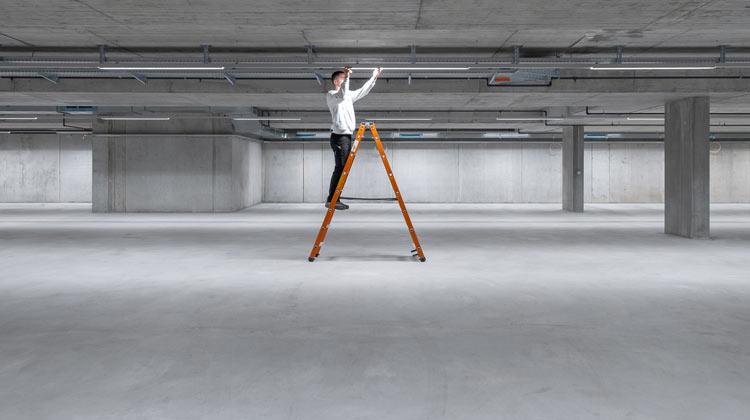 Elektriker auf Leiter in